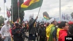 njerëzit duke festuar pas dorëheqjes së presidentit bolivian