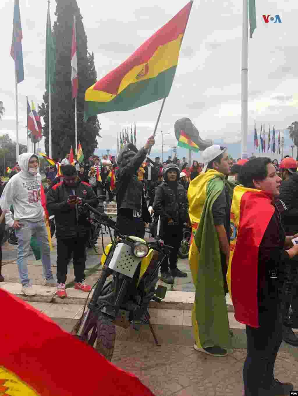 """Pocos minutos después de que el jefe del Ejecutivo boliviano anunciara su dimisión, muchos manifestantes se concentraron en la Plaza de las Banderas de Cochabamba con banderas y gritos de """"¡Sí se pudo!"""" Foto: Fabiola Chambi - VOA."""