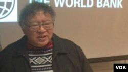 Wimar Witoelar memberikan paparan tentang pemilu Indonesia di kantor Bank Dunia di Washington DC hari Kamis 9/1 (foto: VOA/Made Yoni).