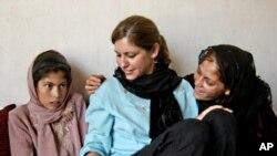 سوزین افغان بچیوں کے ساتھ