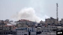 Asap membubung setelah misil-misil diluncurkan ke arah Israel dari Jalur Gaza, 4 Mei 2019.