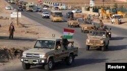 Đoàn xe chở các chiến binh thuộc lực lượng Peshmerga rời khỏi một căn cứ ở miền bắc Iraq trên đường đến Kobani, Syria, ngày 28/10/2014.