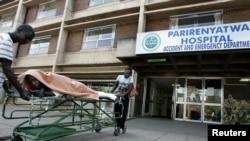 Des parents remmènent à la maison un patient couché sur une civière, victime d'un accident, sortant de la salle d'urgence à Harare, Zimbabwe, 21 août 2009.