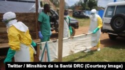Des agents de la santé en tenue de protection transportent une civière destinée aux malades d'Ebola, Beni, Nord-Kivu, RDC, 5 septembre 2018. (Twitter/Minsitère de la Santé RDC)