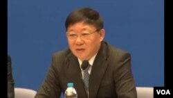 上海市副市长艾宝俊在记者会上回答美国之音记者的问题(2013年11月,美国之音东方拍摄)