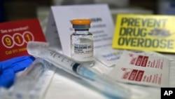 Un kit avec naloxone, antidote d'opiacés. Ces substances poussent les récepteurs cérébraux à se verrouiller et font « oublier » au corps de respirer. De son côté, Naloxone fonctionne en débloquant les récepteurs cérébraux et en aidant le corps a «se rappeler» de respirer. Ce kit, également connu sous son nom de marque Narcan, est présenté au South Jersey AIDS Alliance à Atlantic City, N.J. le mercredi 19 février 2014 (Photo AP / Mel Evans)