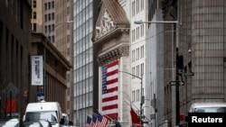 Rruga pothuajse e boshatisur përpara bursës së Nju Jorkut