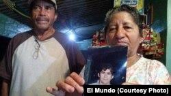 Los padres del náufrago salvadoreño, Julia Alvarenga y José Orellana, muestran una foto de su hijo, antes de partir a México. Doña Julia conversó con la Voz de América.