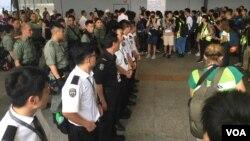 홍콩 경찰들이 공항을 지키고 있다.