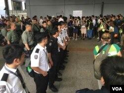 Honq Konq polisi hava limanında hazır vəziyyətdə etirazçıları gözləyir