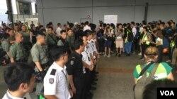 香港警察2019年9月7日星期六在机场严加戒备。