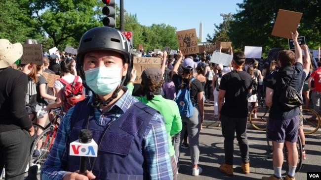 美国之音白宫记者黄耀毅戴上口罩采访白宫前的抗议活动。(美国之音黄耀毅拍摄)