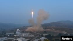 중국 산시성 타이위안 로켓 발사기지에서 지난해 9월 소형 인공위성 20기를 탑재한 '창정 6호' 로켓이 발사중이다. (자료사진)