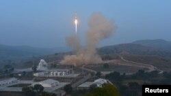 중국은 지난해 9월 산시성 타이위안 로켓 발사기지에서 20개의 소형 인공위성을 탑재한 신형 로켓인 '창정 6호' 발사에 성공했다고 밝혔다. (자료사진)