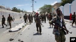 سیکیورٹی اہل کار دھماکے کے بعد صدارتی محل کے باہر گشت کر رہے ہیں۔ فائل فوٹو