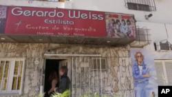 جراردو وایس در آرایشگاه اش تنها مدل موهای اعضای گروه «بیتل ها» را می زند.