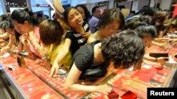 顾客们在山西省太原市的一家金店购买黄金首饰。(资料照)