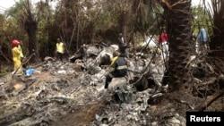 Regu penyelamat berada di lokasi kejadian jatuhnya pesawat di Charlesville, sebelah tenggara Monrovia, Liberia (11/2). Pesawat naas tersebut menewaskan seluruh penumpangnya, termasuk kepala angkatan bersenjata Guinea, Jenderal Kelefa Diallo.