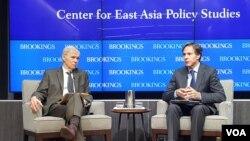 토니 블링큰 미 국무부 부장관(오른쪽)이 29일 워싱턴에서 열린 외교 정책 간담회에서 발언하고 있다.