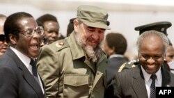 Fidel Castro aux côtés du président zimbabwéen Robert Mugabe lors d'une visite à Harare, pour le 8e sommet non aligné au Zimbabwe, 31 août 1986.