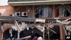 调查人员4月28日在爆炸现场寻找线索