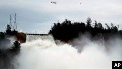 Trump dejó de lado sus diferencias con el gobernador del estado y accedió a su pedido de emergencia por erosión de la represa de Oroville.
