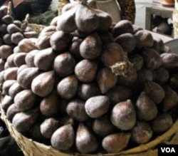 Salak Pondoh Sleman, yang dijual di pasar Kranggan Yogyakarta. Tampak abu vulkanik masih melekat pada kulit salak.