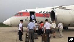 지난 6월 북한 평양공항에서 베이징으로 향하는 고려항공 여객기에 승객들이 탑승하고 있다. (자료사진)