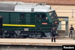 북한 방문단을 태운 것으로 추정되는 열차가 27일 베이징 역을 떠나고 있다.