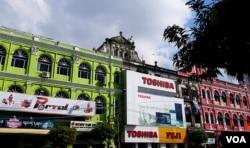 缅甸仰光殖民时期老建筑上的日本产品广告。(美国之音朱诺拍摄,2015年11月13日)