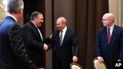 پومپیو نے اپنے روسی ہم منصب سے مذاکرات کے بعد سوچی میں صدر ولادی میر پوٹن سے بھی ملاقات کی۔