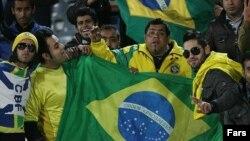 هواداران صنعت نفت آبادان با پرچم برزیل در ورزشگاه.