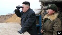Pemimpin Korea Utara Kim Jong-un saat mengamati wilayah Korea Selatan dari pos militer di pulau kecil Jangjae, Korut (Foto: dok). Korut mengeluarkan peryataan terkait ancaman serangan ke daratan AS, beberapa jam setelah pidato Presiden Korsel dalam peringatan tiga tahun tenggelamnya kapal perang Korsel, Cheonan, Selasa (26/3).