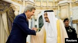 Ngoại trưởng Mỹ John Kerry và Quốc vương Salman của Ả Rập Xê Út tại Riyadh, ngày 7/5/2015.