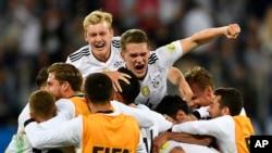 L'équipe allemande célèbre sa victoire avec Julian Brandt, en haut à gauche, et Matthias Ginter, en haut à droite, après avoir remporté le match de la Coupe des Confédérations contre le Chili, au stade de Saint-Pétersbourg, en Russie, le dimanche 2 juillet 2017.