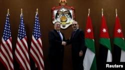 El secretario de Estado de EE.UU. Mike Pompeo (izquierda) estrecha la mano del Ministro de Relaciones Exteriores de Jordania, Ayman Safadi, en Ammán, Jordania, el lunes, 30 de abril, de 2018.