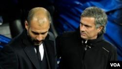 L'entraineur de Manchester United, José Mourinho et son homologue de Mancheester City, Pep Guardiola, se saluent à la fin d'un match, le 10 décembre 2011.