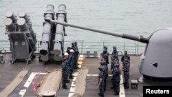 2013年11月12日,美国导弹巡洋舰安提顿号在香港前往菲律宾救灾之前海军官兵在甲板上集合的照片。
