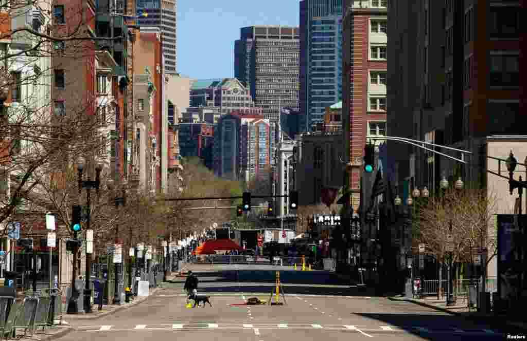 Một nhân viên điều tra viên tại nơi xảy ra vụ đánh bom ở Boston, ngày 21/4/2013.