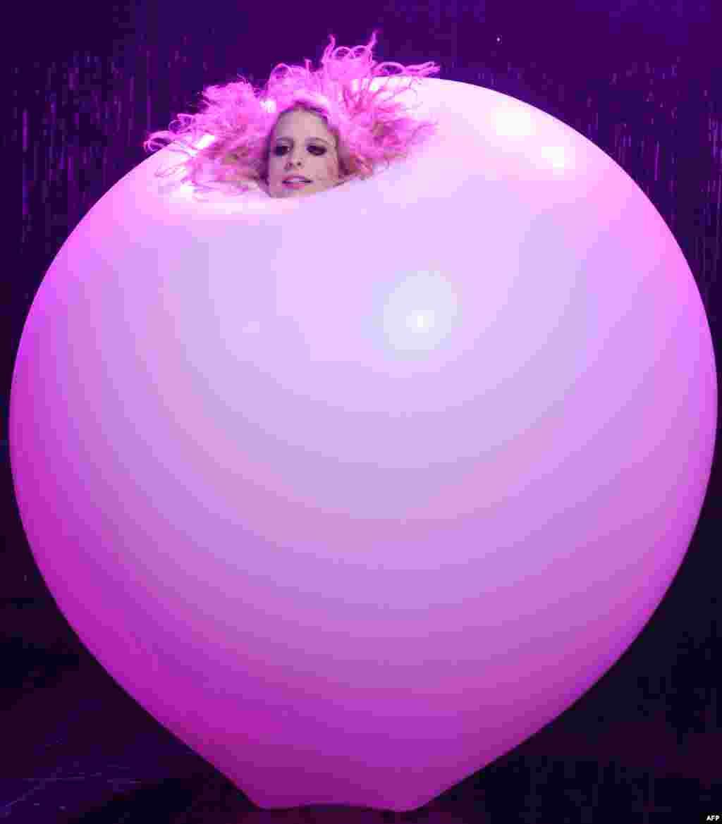 សិល្បករ Jaimi Luthrmann របស់អូស្រា្តលីសម្តែងនៅក្នុងប៉ោងៗយក្សមួយនៅក្នុងការសម្តែងសៀក Blanc De Blanc Champagne Circus នៅក្នុង Sydney Opera House។