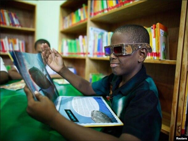 طالبعلم تھری ڈی گلاسز کی مدد سے تھڑی ڈی کتاب کا مطالعہ کرتے ہوئے