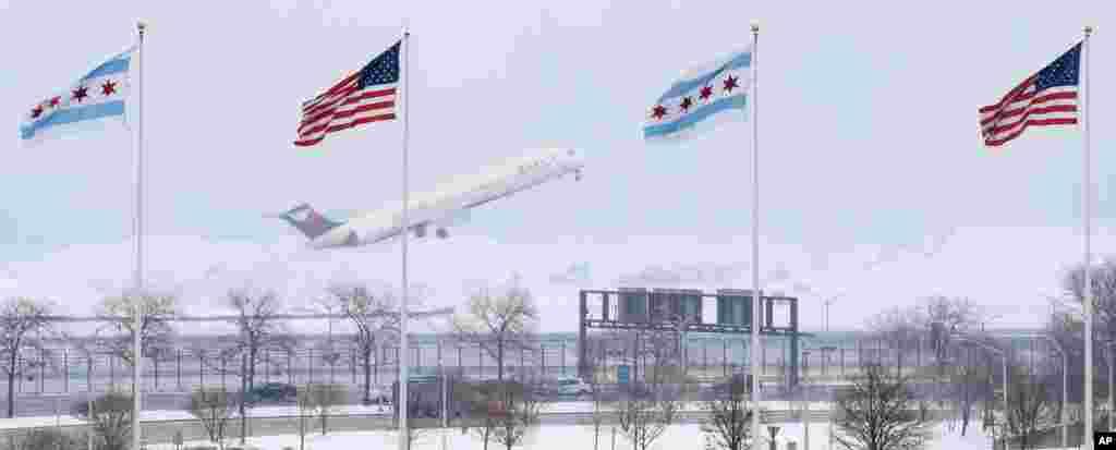 Un avion de JetBlue prend son envol sous la tempête de neige à l'aéroport international O'Hare à Chicago, en Illinois, États-Unis, 13 mars 2017.