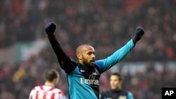 Thierry Henry d'Arsenal célèbre leur victoire 1-2 à la fin du match de Premier League contre Sunderland au Stadium of Light, Sunderland, en Angleterre, le samedi 11 février 2012. (AP Photo/Scott Heppell)