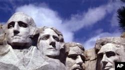 ຮູບແກະສະລັກໜ້າຂອງມື້ລາງ ປະທານາທິບໍດີ George Washington (ທຳອິດເບື້ອງຊ້າຍ) ຢູ່ເທິງພູ Mount Rushmore ໃນລັດ South Dakota ກັບໜ້າຂອງອີກ 3 ປະທານາທິບໍດີ ຄືທ່ານ Thomas Jefferson, Teddy Roosevelt ແລະ Abraham Lincoln.