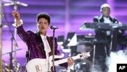Bruno Mars biểu diễn Let's Go Crazy để tưởng nhớ Prince tại lễ trao giải âm nhạc Grammy lần thứ 59 tại Los Angeles.