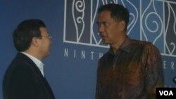 Ketua Konferensi WTO, Gita Wirjawan (kanan) berbincang dengan salah satu delegasi usai penutupan Pertemuan WTO, Sabtu 7/12 (foto: Muliarta/VOA).