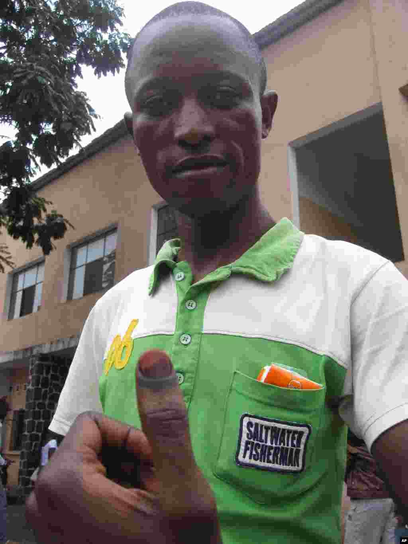 Un electeur congolais montre son doigt recouvert d'encre indelebile Kinshasa 28 Novembre 2011 NICOLAS PINAULT VOA