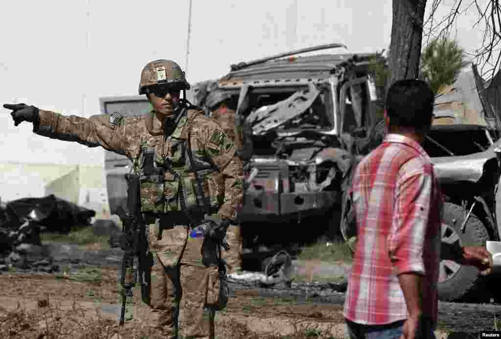 افغانستان کے دارالحکومت کابل میں ایک خودکش کار بم دھماکے میں کم ازکم تین غیر ملکی فوجی ہلاک اور ایک درجن سے زائد افراد زخمی ہو گئے۔