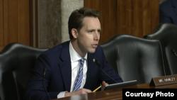 美国参议院军委会成员霍利(参议院视频截图)