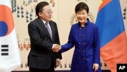 박근혜 한국 대통령(왼쪽)이 지난 5월 한국을 방문한 차히야 엘벡도르지 몽골 대통령과 청와대에서 정상회담을 가졌다.